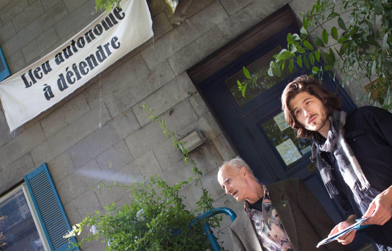 Gaëtan Dostie devant l'édifice de la rue de la Montagne, où était logée sa Médiathèque littéraire.