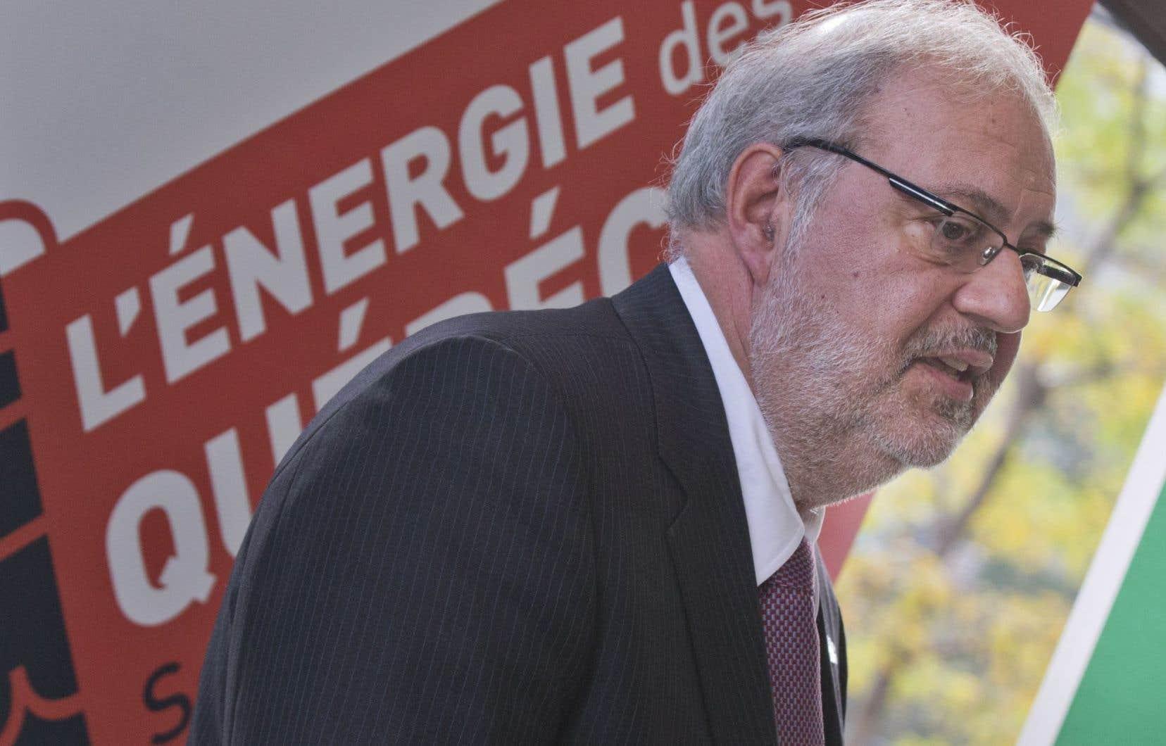 Le ministre de l'Énergie et des Ressources naturelles, Pierre Arcand, a souligné l'objectif de doter chaque station-service d'une borne de recharge d'ici 2020.