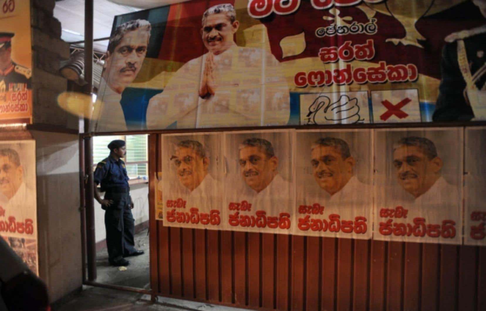 La police militaire a fait irruption hier dans les bureaux du Parti de la libération du peuple de Sarath Fonseka.