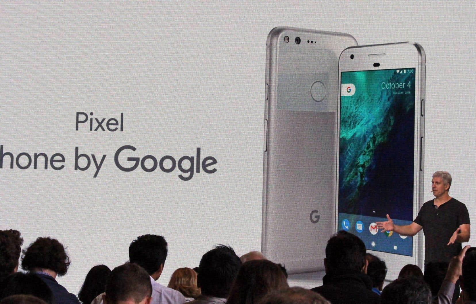 Rick Osterloh, de Google, a présenté mardi, à San Francisco, le téléphone intelligent entièrement pensé et conçu par l'entreprise, Pixel, qui entrera en concurrence directe avec l'iPhone d'Apple.