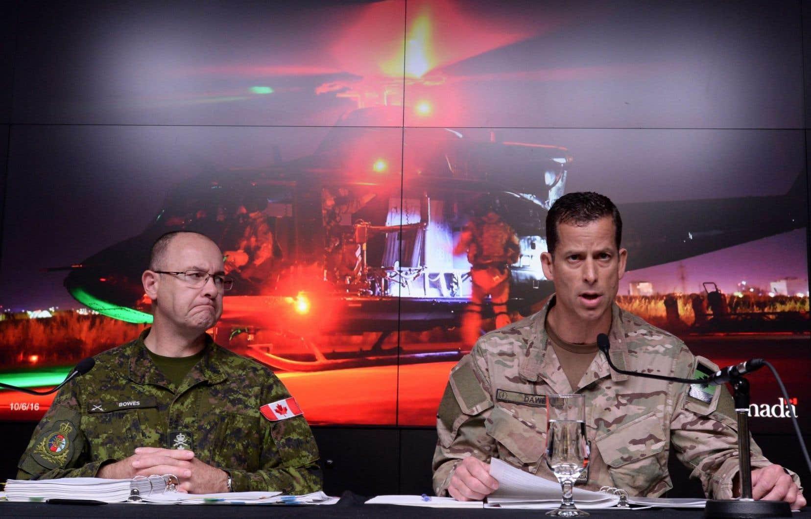 Le lieutenant-général Stephen Bowes (droite) et le commandant adjoint du Commandement des Forces d'opérations spéciales du Canada, Peter Dawe.