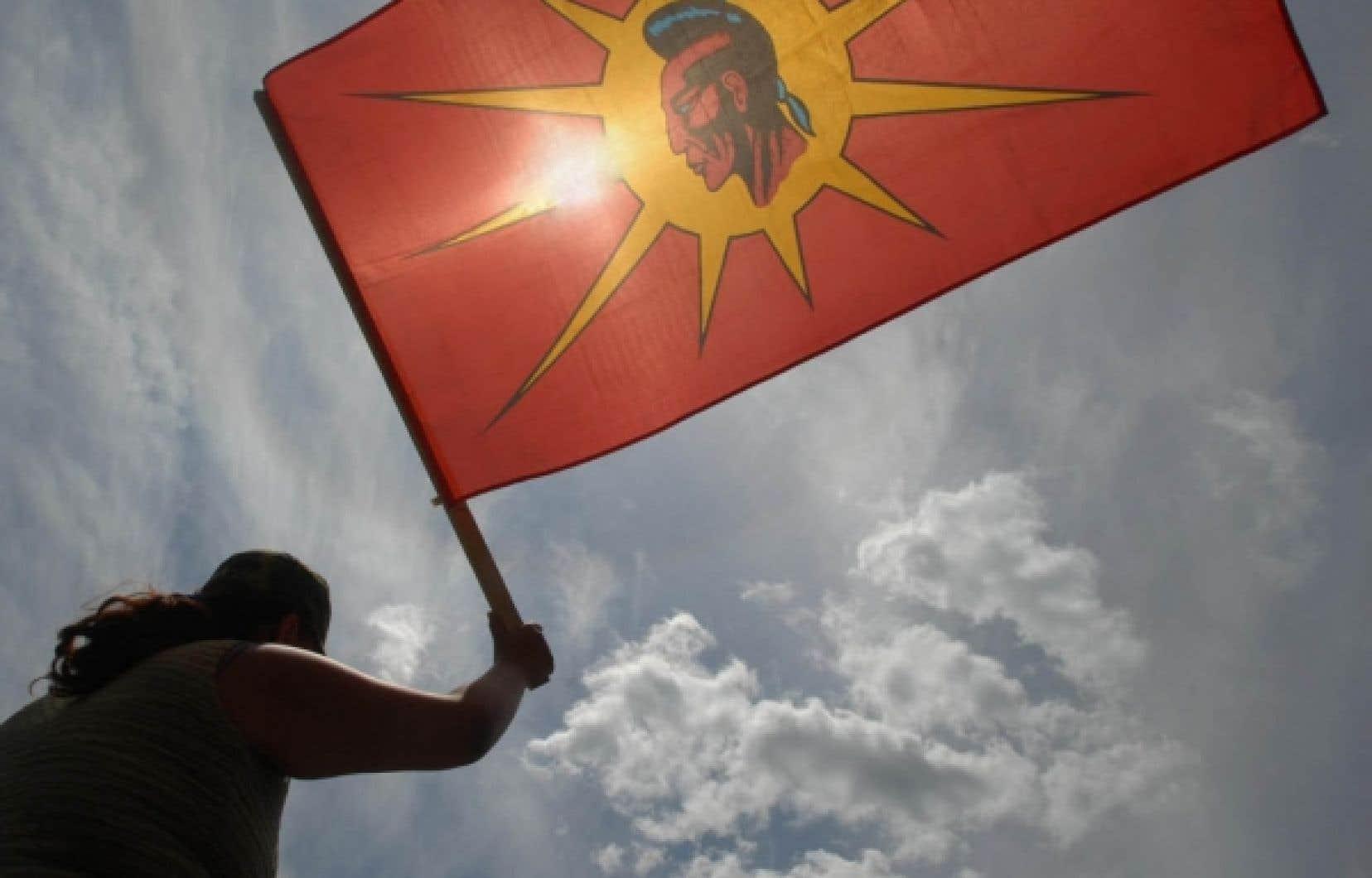 Manifestation autochtone à Kahnawake en 2007. La décision d'expulser les Blancs de la réserve a été mal reçue par le ministre des Affaires indiennes, Chuck Strahl, mais aussi par le chef libéral, Michael Ignatieff, et la présidente de Femmes autochtones du Québec inc., Ellen Gabriel.