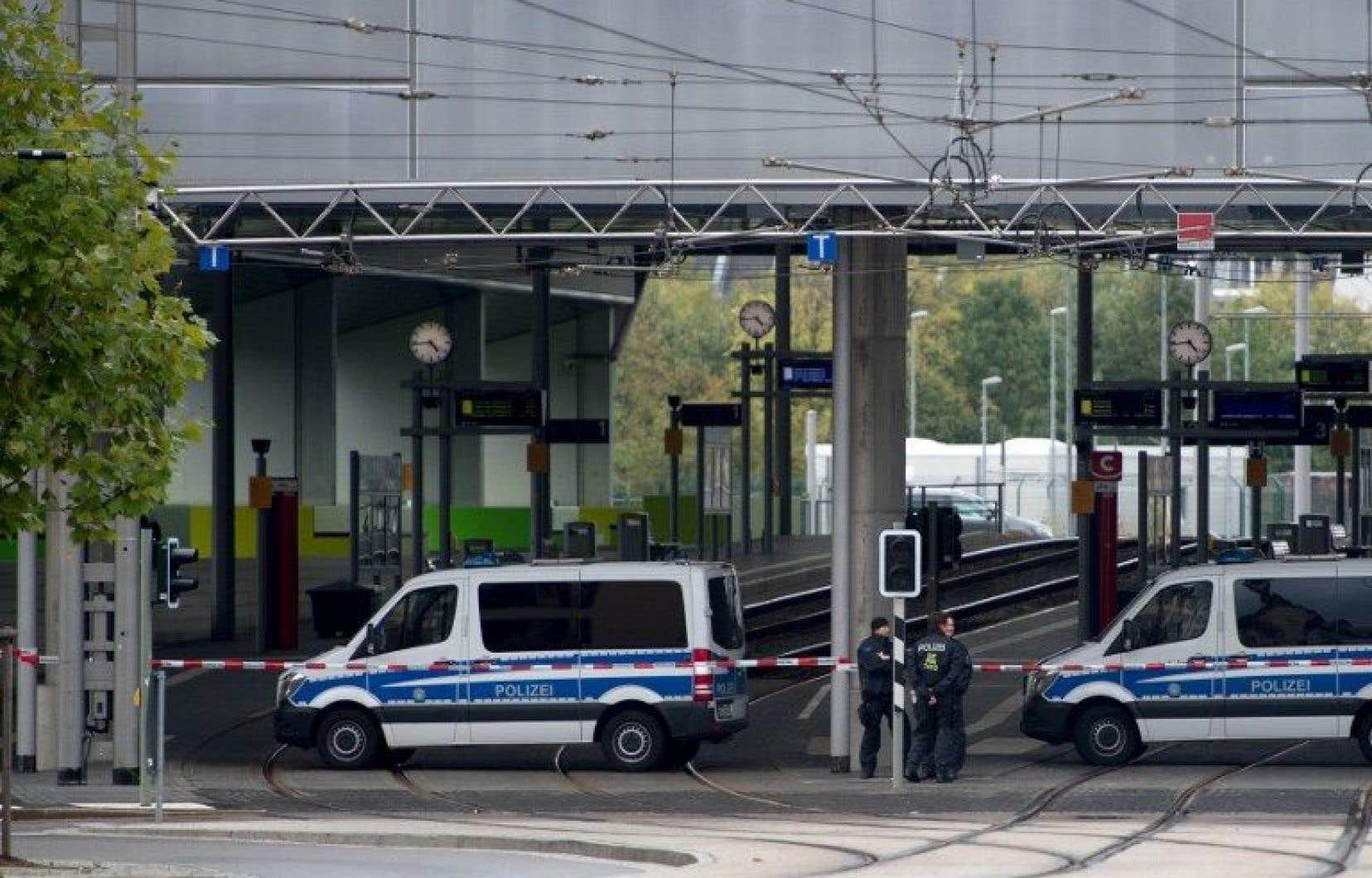 La police a interpellé trois personnes, deux près de la gare et une troisième en centre-ville de Chemnitz.<br />