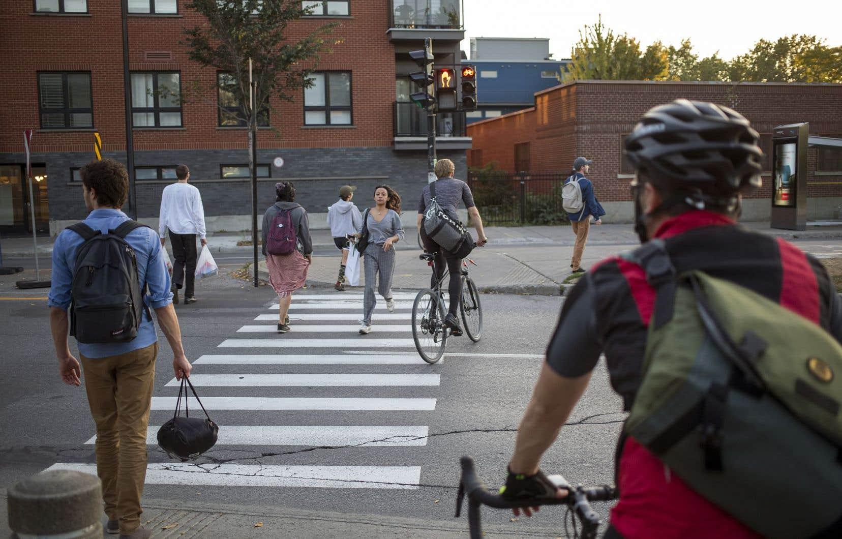 Entre les automobiles et les cyclistes, les piétons n'en mènent parfois pas large dans le combat sur le partage de la route.