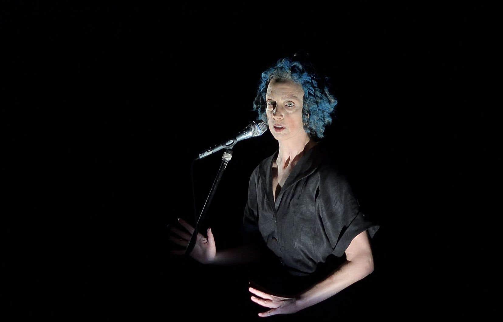 Sous sa perruque aux anglaises bleues et sa longue robe noire qui lui donnent un air de poupée Raggedy Ann bizarre, Leslie Baker hurle, mange des poupées de papier, montre sa fragilité en se collant des plumes au cou, lance des «jokes» de très mauvais goût, se perd dans sa paranoïa.