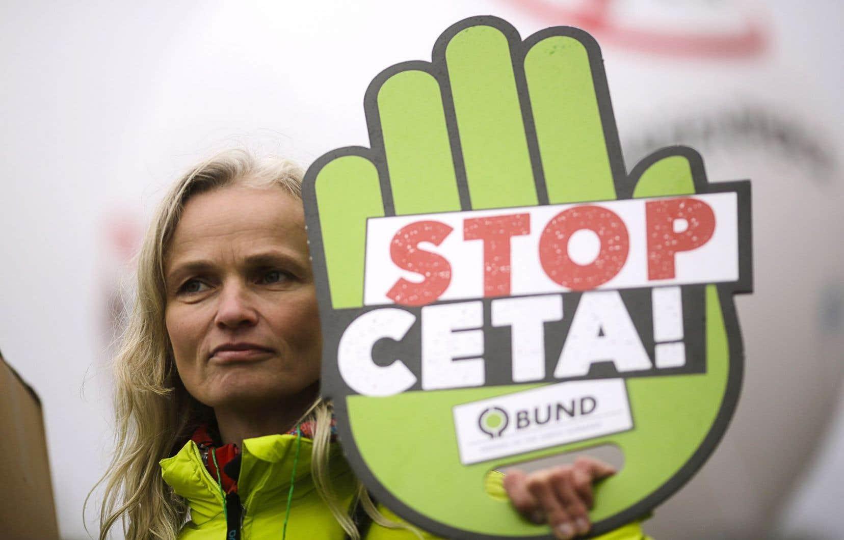 En l'état, l'AECG (ou CETA en anglais), visant à faciliter les échanges économiques entre l'Europe et le Canada, va à contresens de nos engagements internationaux de limiter le réchauffement climatique bien en deçà de 2°C.