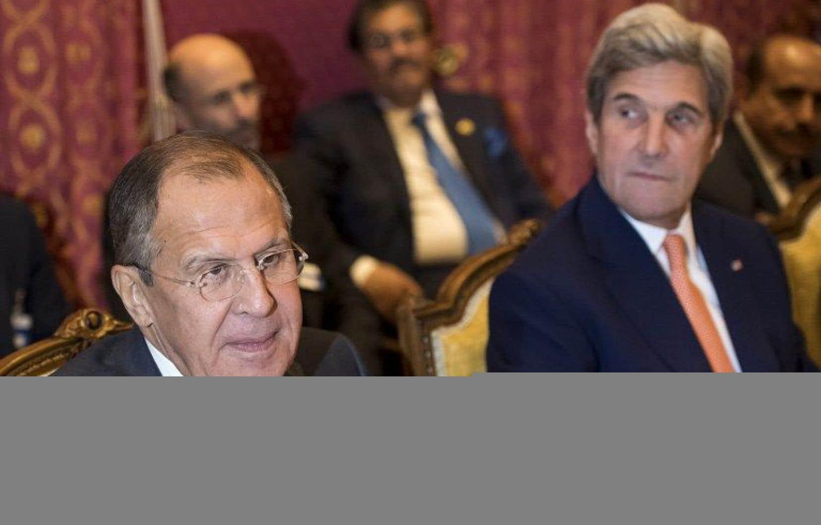 Les chefs de la diplomatie américaine John Kerry (à droite) et russe Sergueï Lavrov
