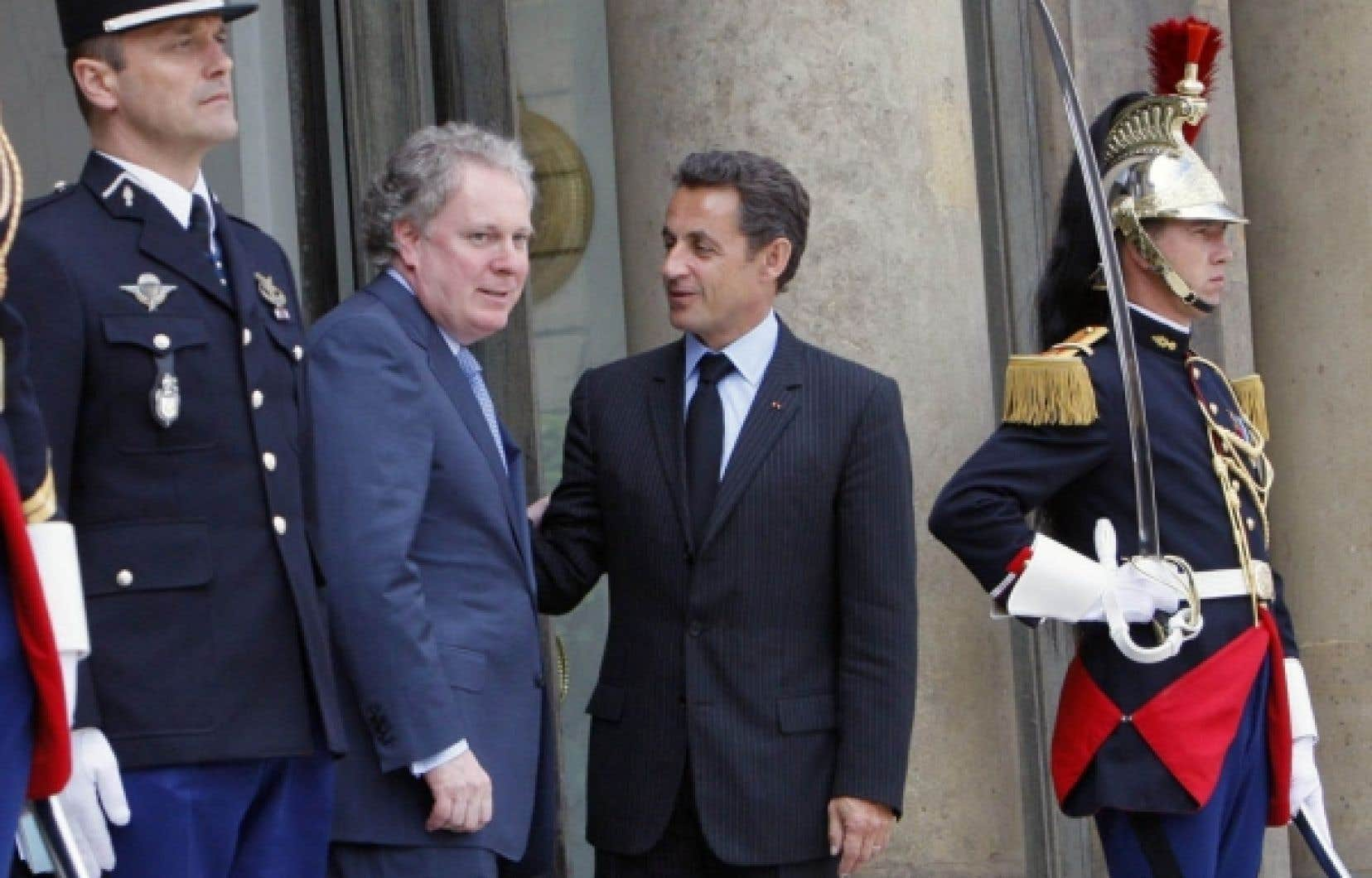 Le premier ministre Jean Charest est accueilli à l'Élysée par le président français Nicolas Sarkozy, lors d'une visite officielle en 2007.
