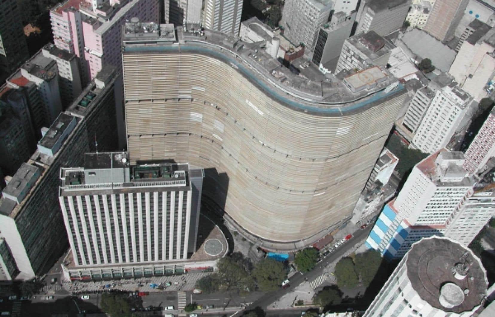 L'édifice Copan a été bâti entre 1951 et 1966. Avec sa forme en «S» et son interminable façade en béton et en verre, il ondule au coeur de la mégalopole brésilienne, s'implantant sur son site en suivant le dénivelé plutôt que le tracé des rues.