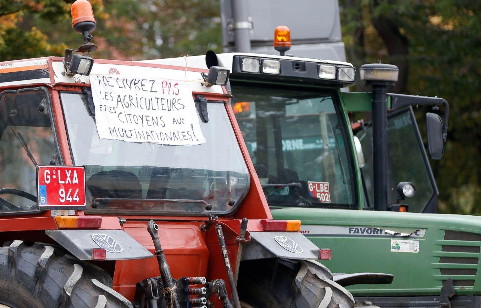 Des fermiers ont laissé leurs tracteurs devant le parlement belge à Namur à l'occasion d'une manifestation contre le libre-échange, vendredi.