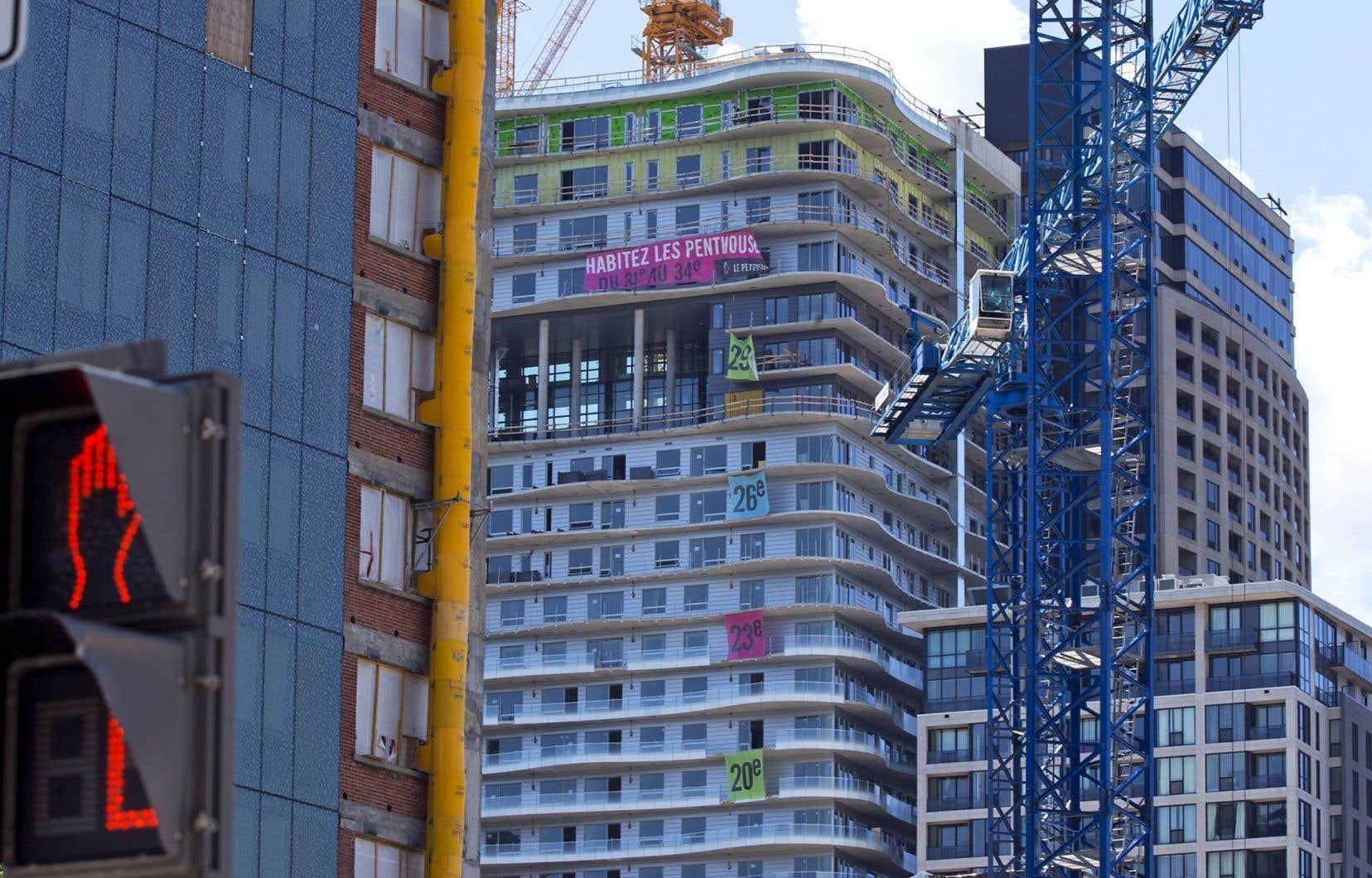 Les forts niveaux d'endettement, jumelés à la hausse des prix des maisons, sont souvent suivis de contractions de l'activité économique.