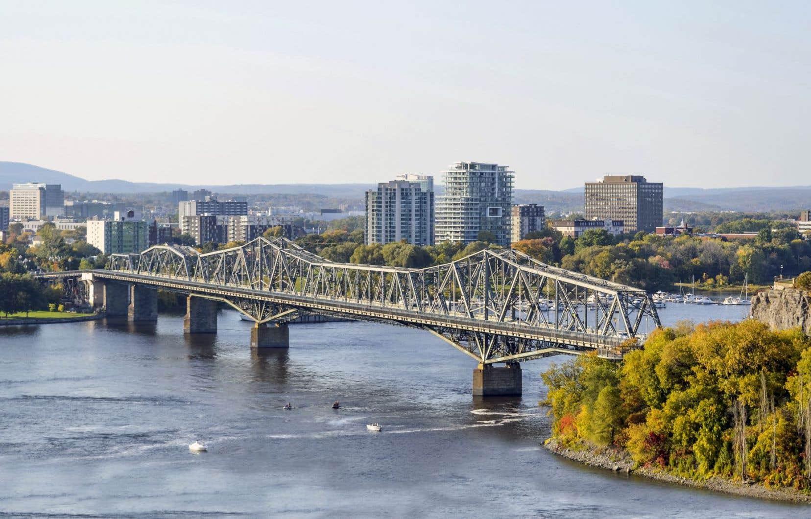 La rivière des Outaouais à la hauteur du pont Alexandra, qui sépare Gatineau et Ottawa.
