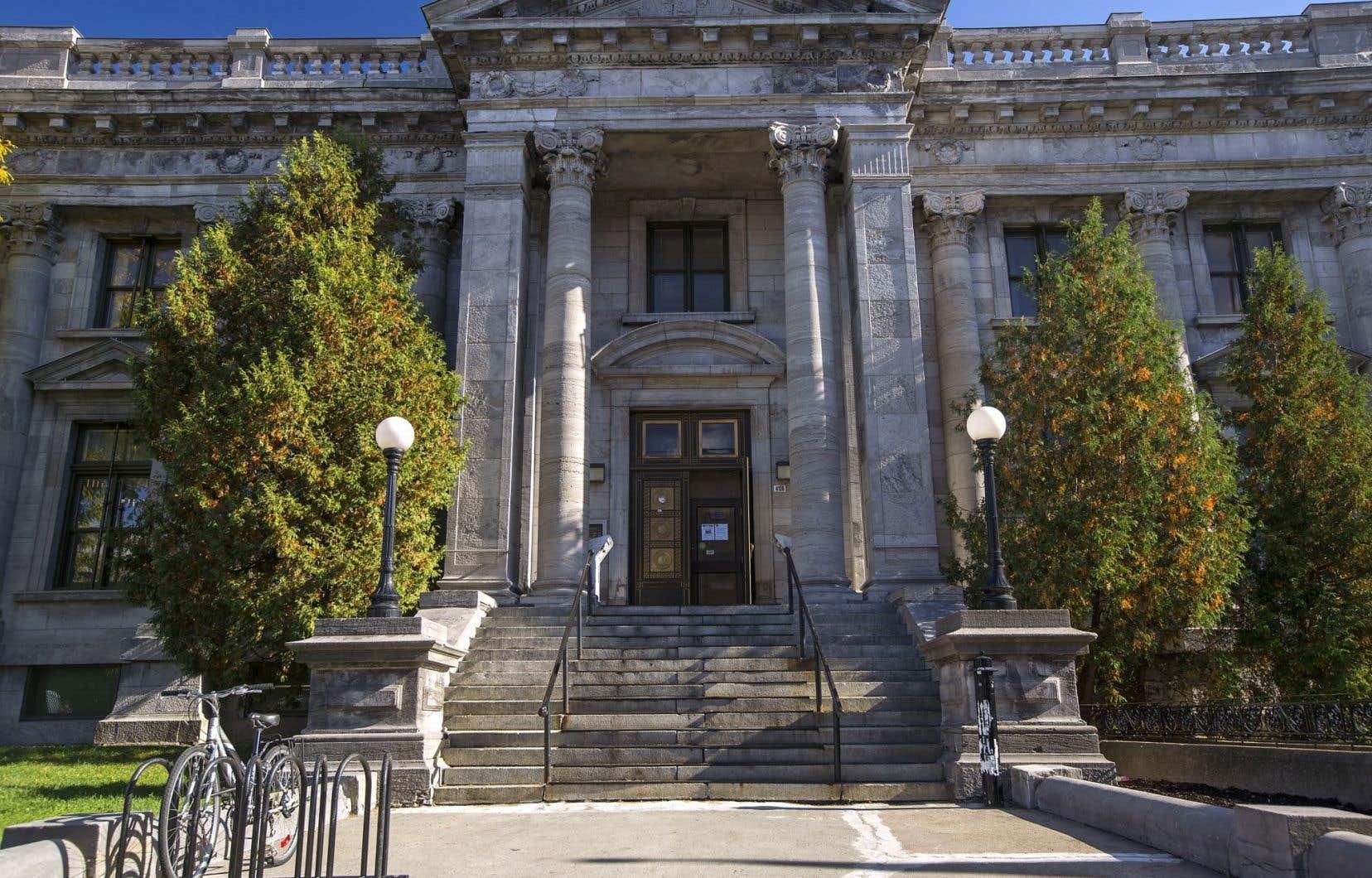 Le bâtiment patrimonial se trouve à l'intersection des rues Ontario et Pie-IX.