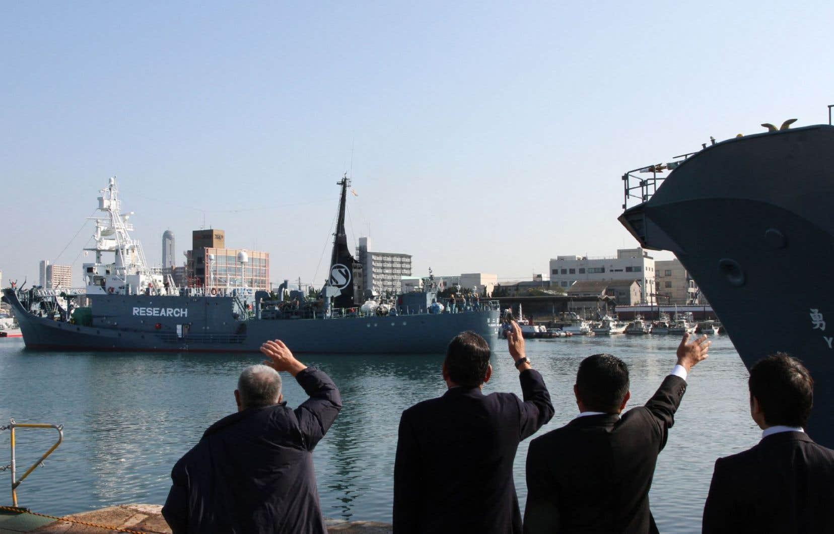 Un baleinier japonais à son départ du port deShimonoseki, en décembre 2015.Pour certains groupes environnementaux, la chasse menée par Tokyo est «illégale».