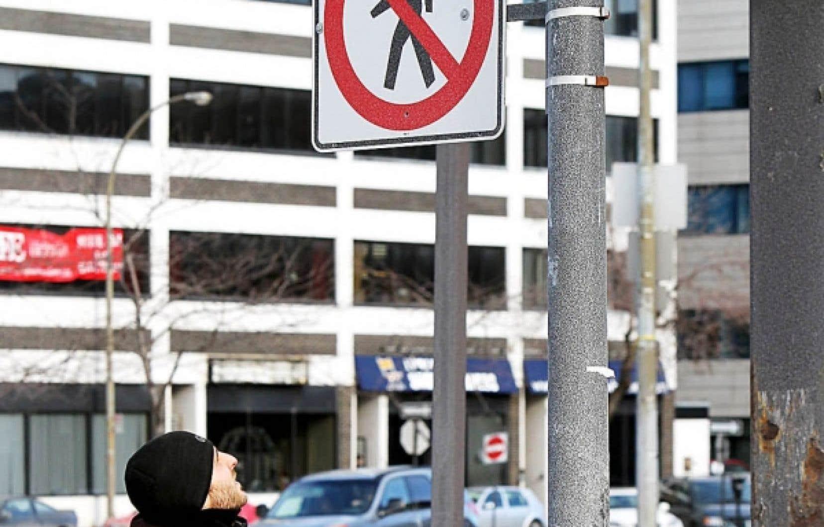 Une interdiction de traverser la rue dans le secteur de l'ancienne gare Jean-Talon, à Montréal.