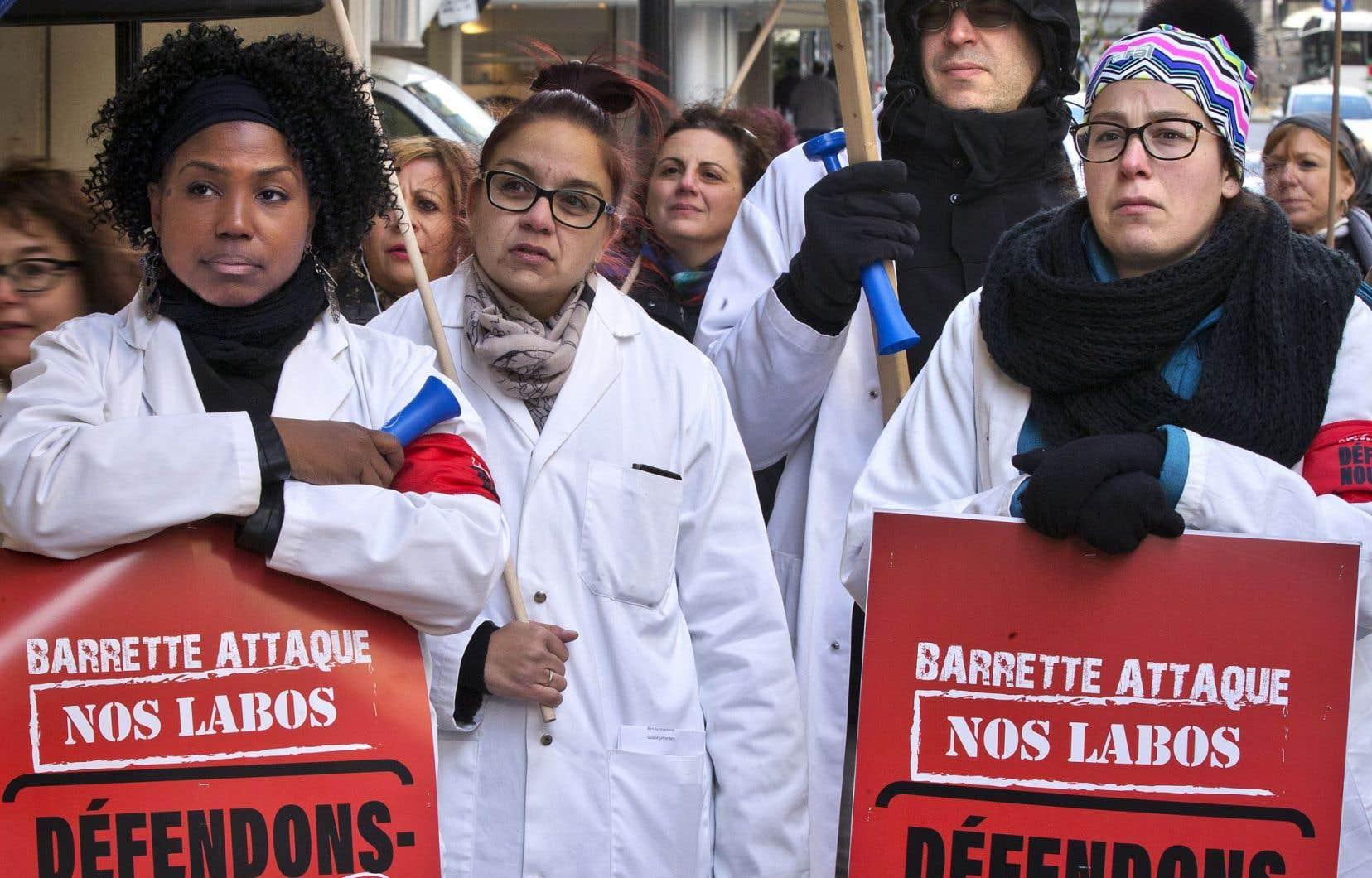 Une centaine de technologistes médicaux, en majorité des femmes, ontmanifesté mardi midi devant les bureaux du ministre de la Santé Gaétan Barrette pour décrier le projet Optilab.