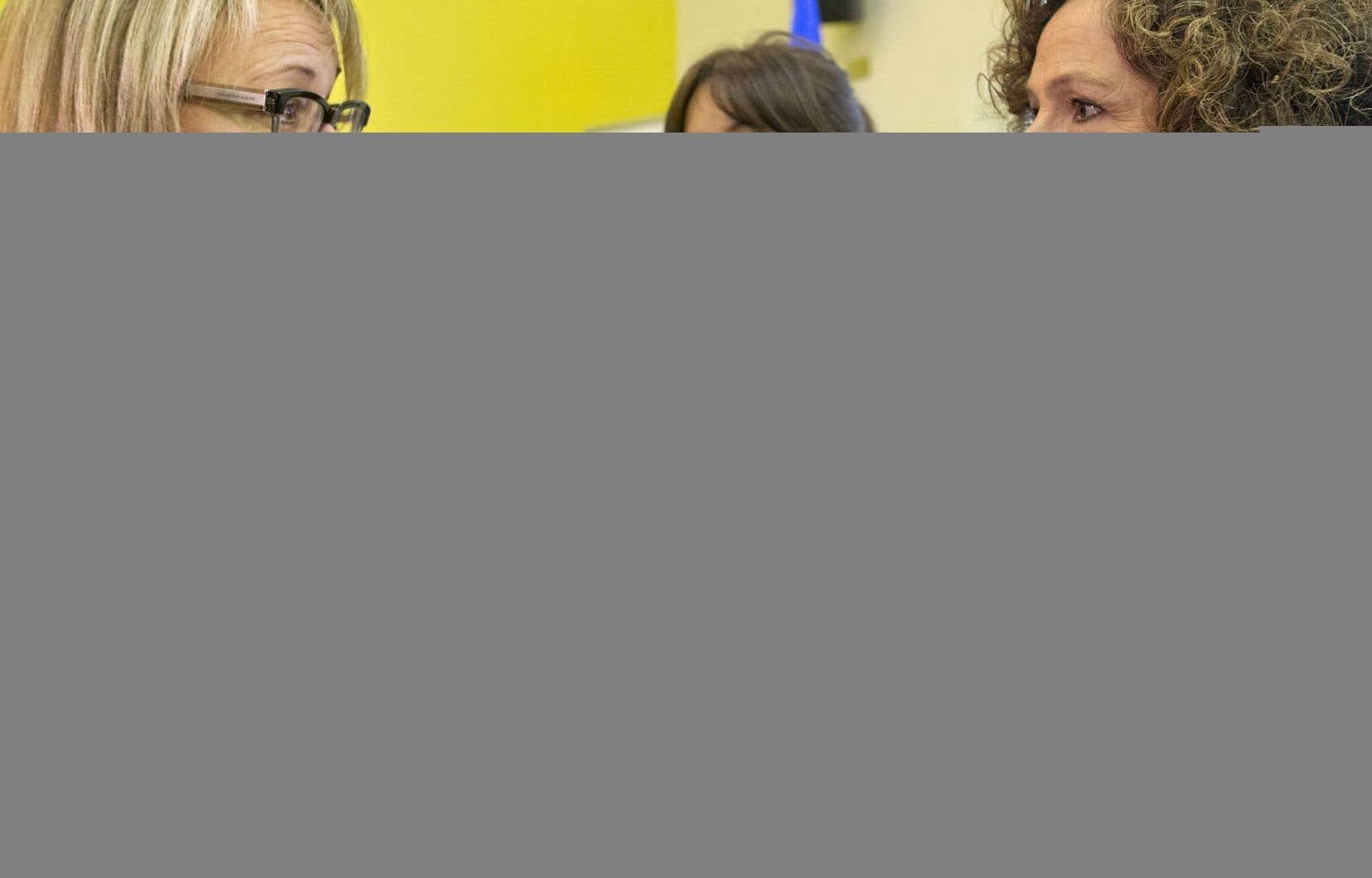 Les premières critiques sont venues de la journaliste indépendante Sue Montgomery (à droite), en conversation avec la ministre Lise Thériault (à gauche) et Sophie Chiasson, vendredi à Montréal.