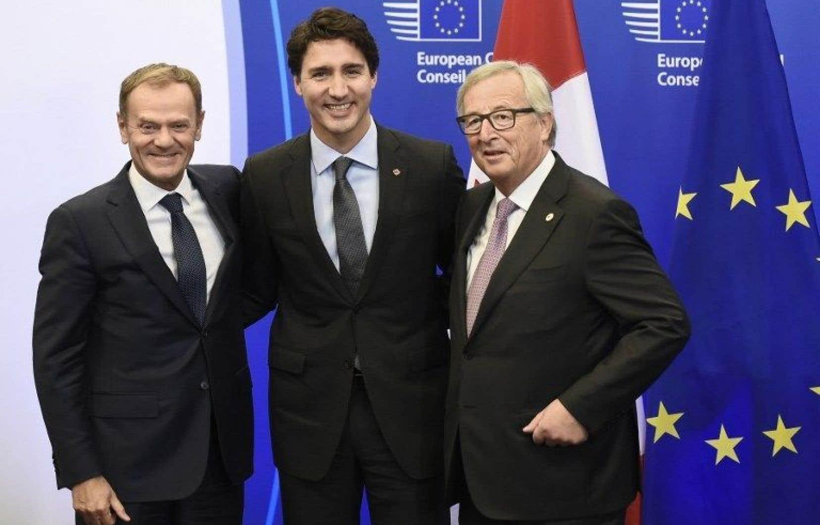 Le président du Conseil européen, Donald Tusk (à gauche), le premier ministre du Canada, Justin Trudeau, et le président de la Commission européenne, Jean-Claude Juncker