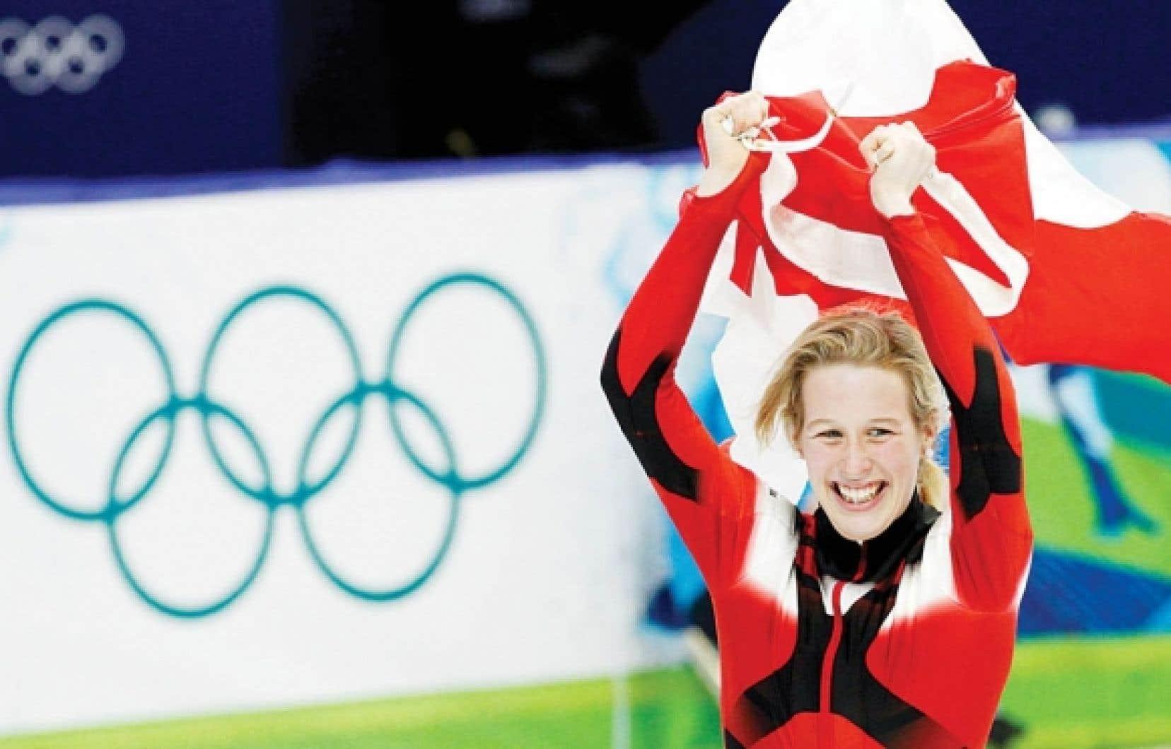 Marianne St-Gelais a célébré avec le drapeau canadien après sa conquête de l'argent.