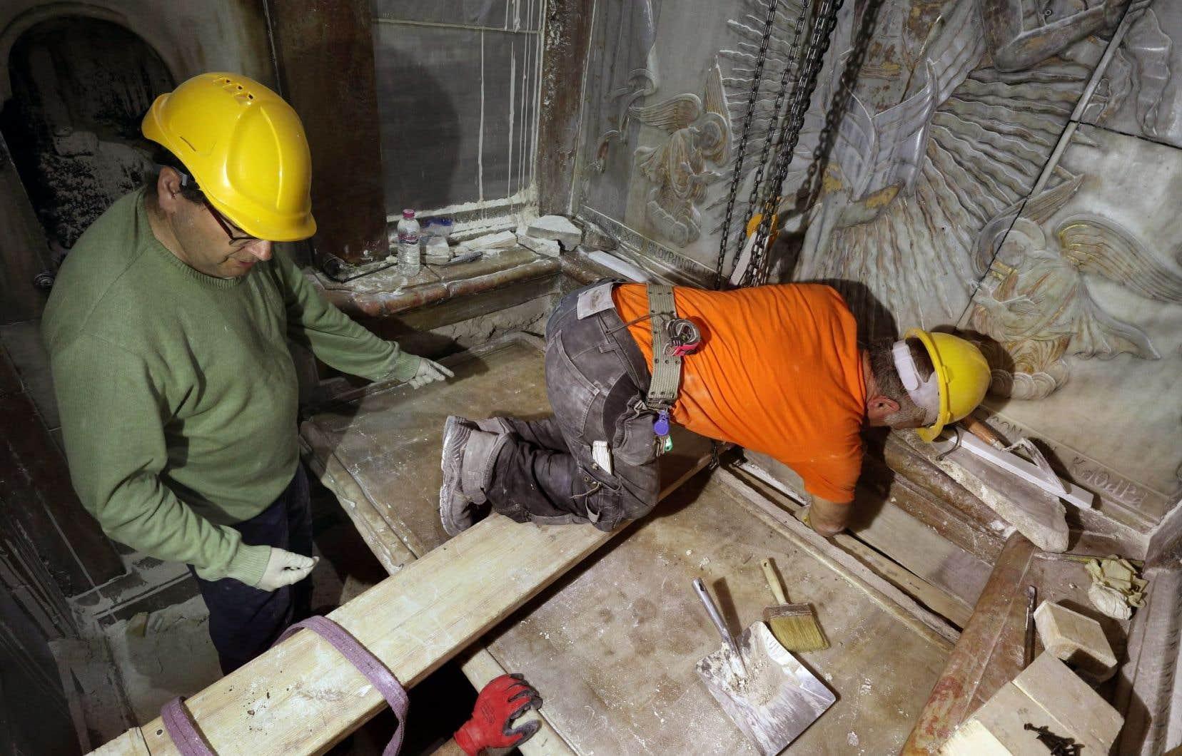 Des experts grecs replaçaient la plaque de marbre recouvrant la tombe de Jésus après son déplacement pendant trois jours.