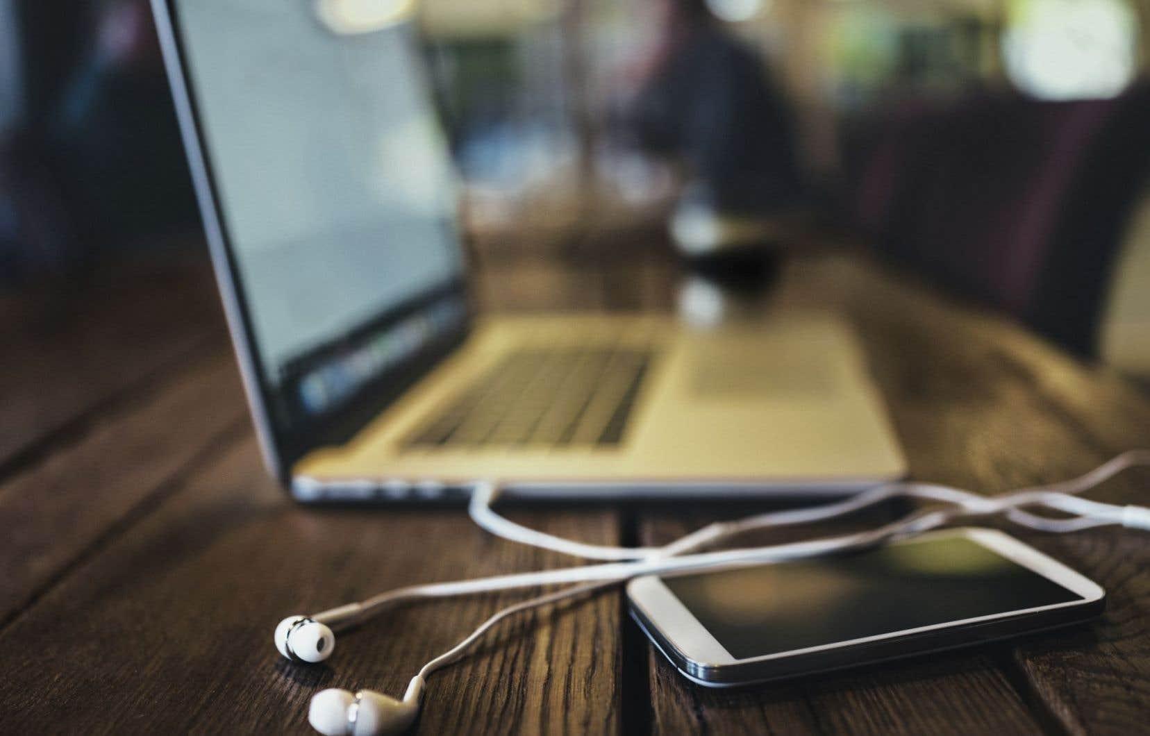 Comme partout dans le monde, les Québécois semblent se tourner de plus en plus vers les sites d'écoute de musique en ligne.