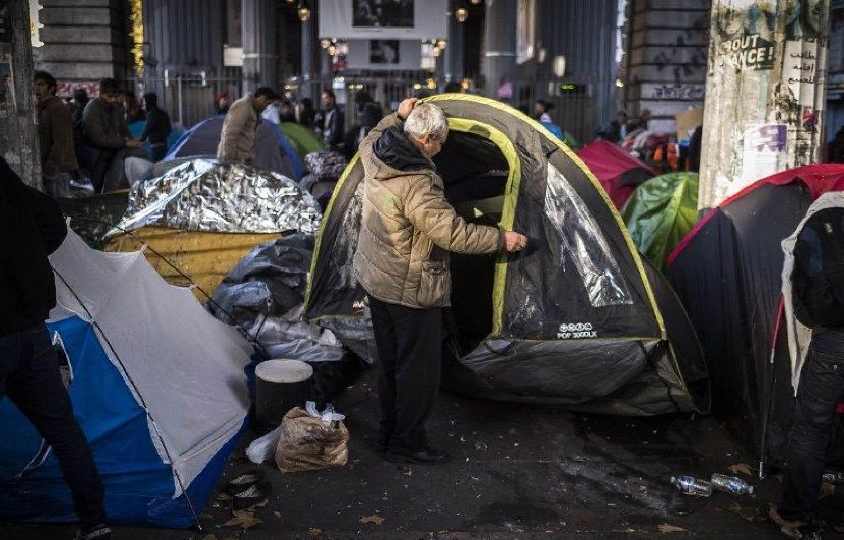 Dans un quartier populaire du nord de Paris, près de 2000 migrants se sont installés à même les trottoirs.
