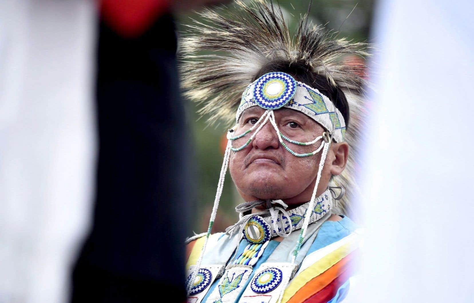 Un membre d'une tribu sioux du Dakota, Robert Ironshield Jr., participant à une manifestation d'opposants au projet d'oléoduc d'Enbridge