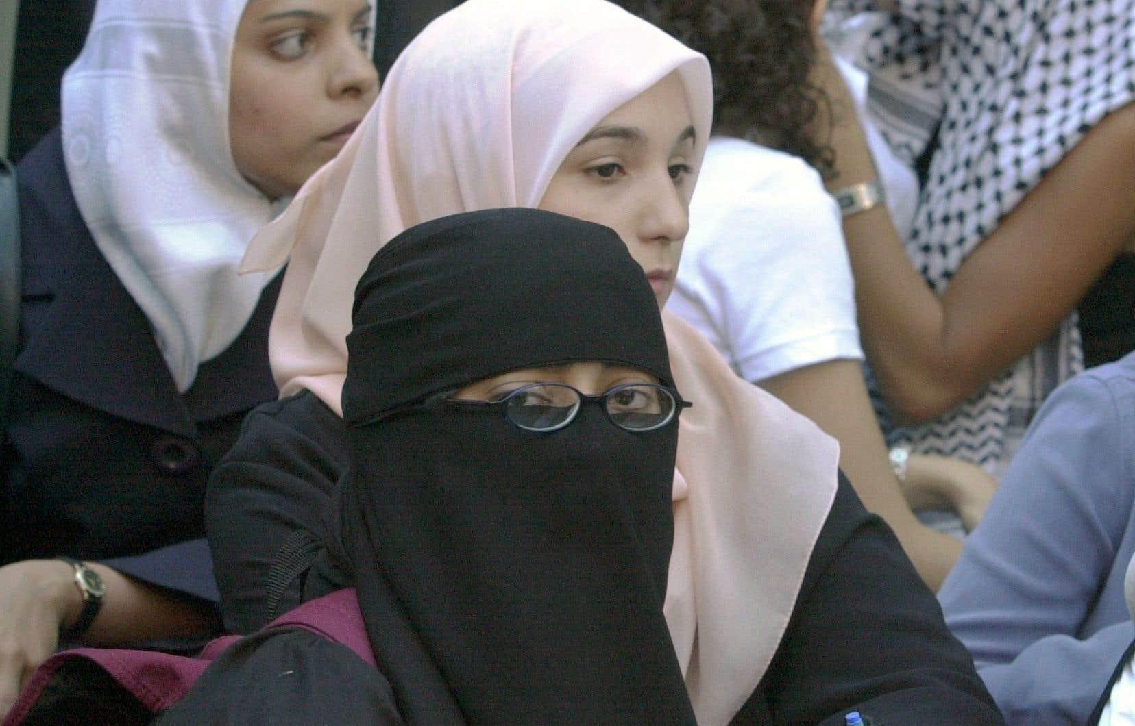 La Ligue des droits et libertés a exigé le retrait pur et simple du projet de loi 62, l'article 9 ayant «une portée discriminatoire, constituant du profilage religieux».