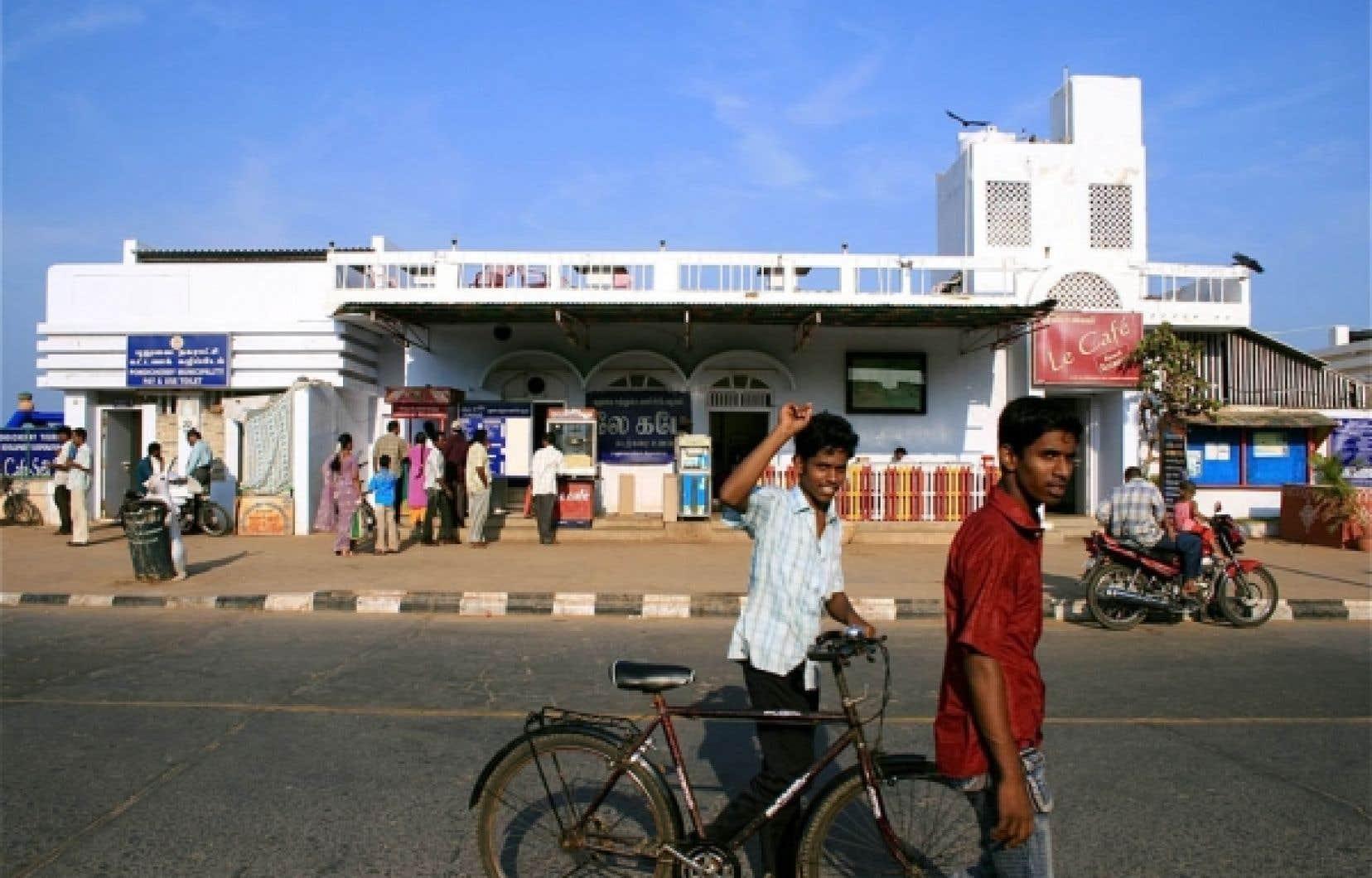 Scène du quotidien à Pondichéry, où le français côtoie l'anglais et le hindi.