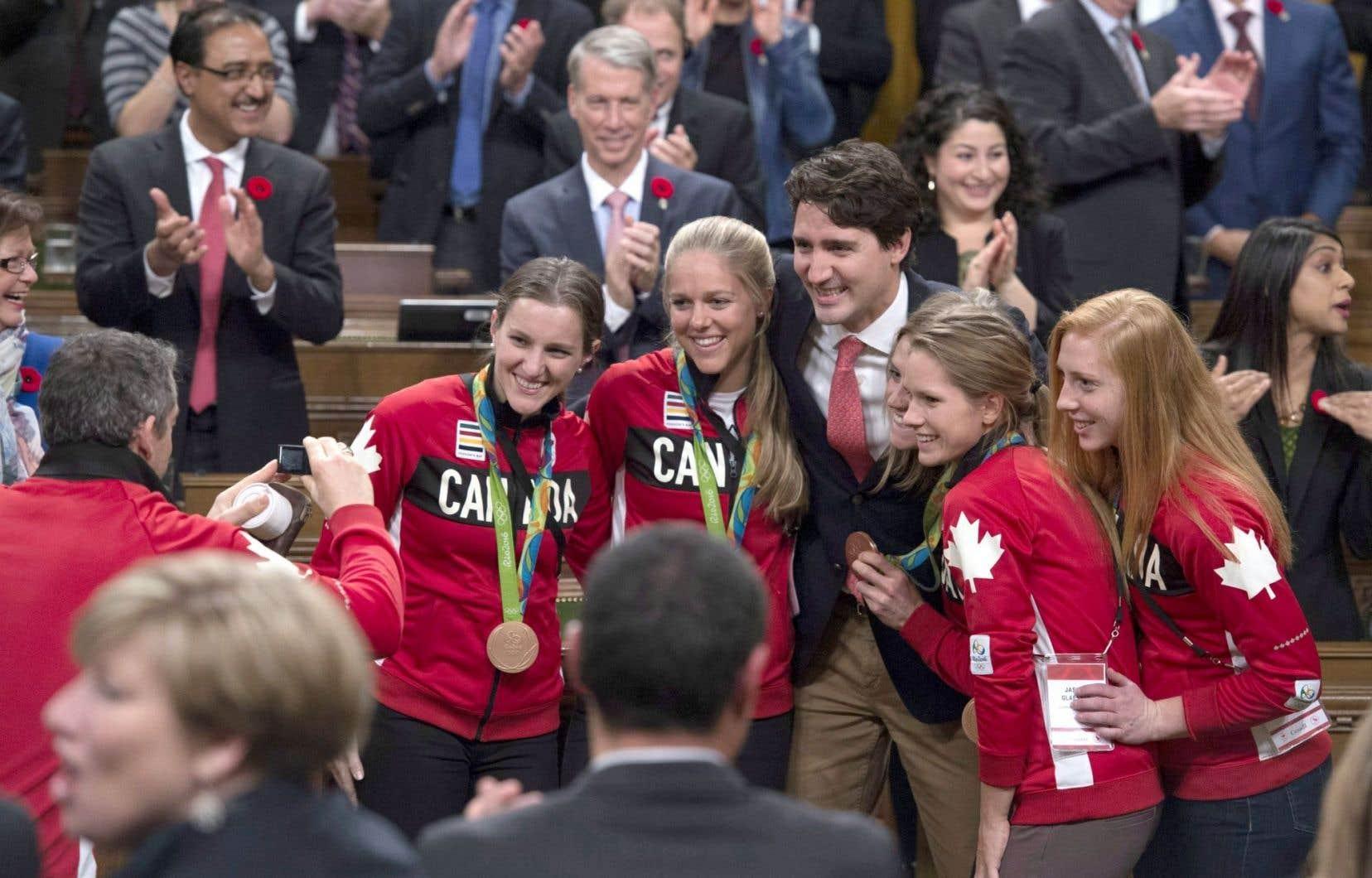 Des membres de l'équipe olympique ont posé pour une photo avec le premier ministre Justin Trudeau.