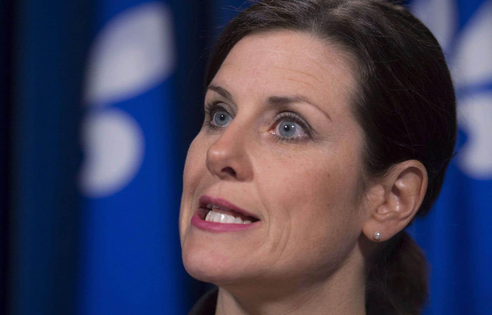 Stéphanie Vallée a indiqué que le statut d'un groupe d'experts qui devait être formé recevra tous les pouvoirs relatifs à la loi sur les commissions d'enquête, qui incluent notamment le pouvoir de contraindre les témoins.