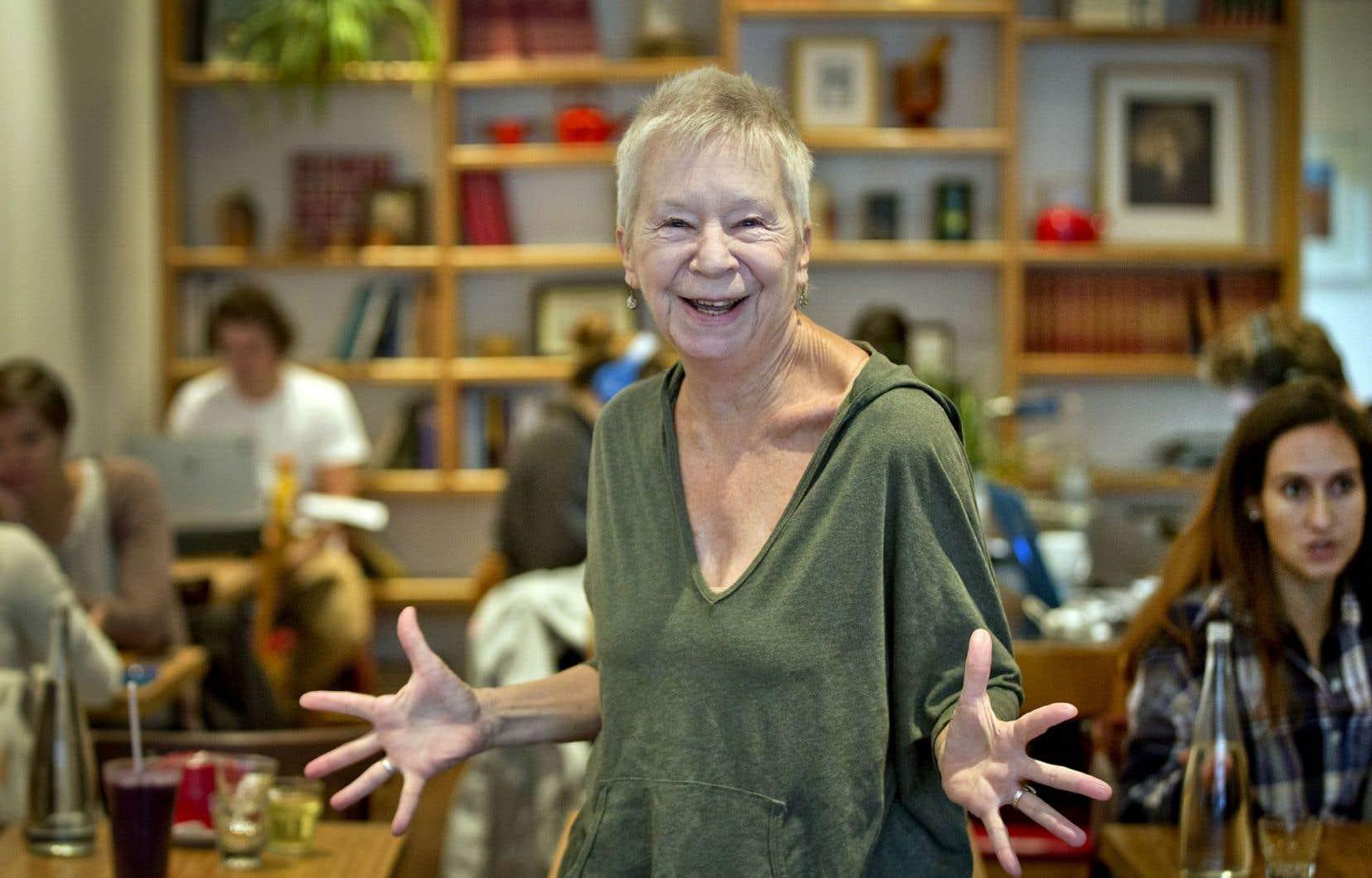 Lynn Simonson donne des classes de maître ici et là, continue à former de futurs professeurs, mais enseigne surtout aux aînés. Des classes sur chaises où ses étudiants ont 70, 80 et 90ans.