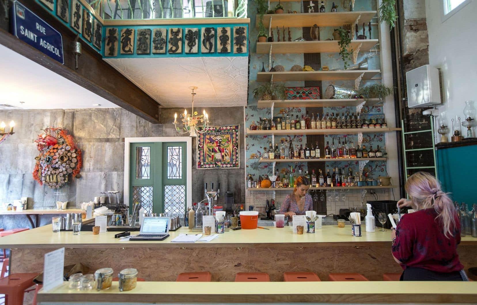 Aux murs du restaurant Agrikol, une litanie d'objets représentatifs de l'artisanat haïtien, qui pourrait faire de cette maison un bureau de tourisme exceptionnel lorsque la misère aura décidé d'aller s'abattre ailleurs que toujours sur la tête des mêmes.
