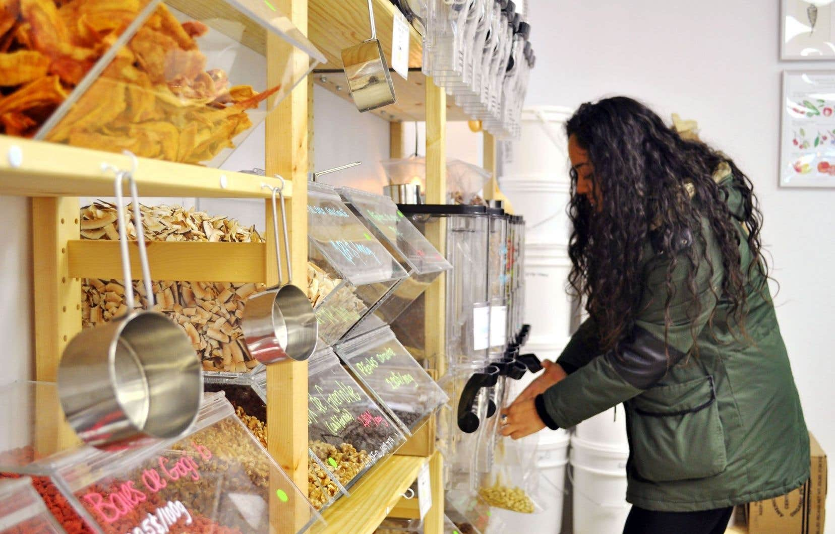 Paola Mijia rentre pour la première fois dans une épicerie zéro déchet, qui valorise les produits locaux et cherche à limiter les produits emballés.
