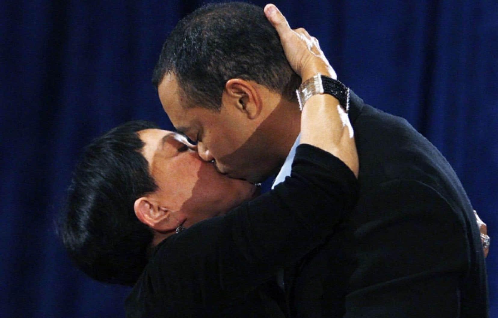 Le golfeur Tiger Woods a embrassé sa mère Kultida après s'être adressé aux médias, hier.