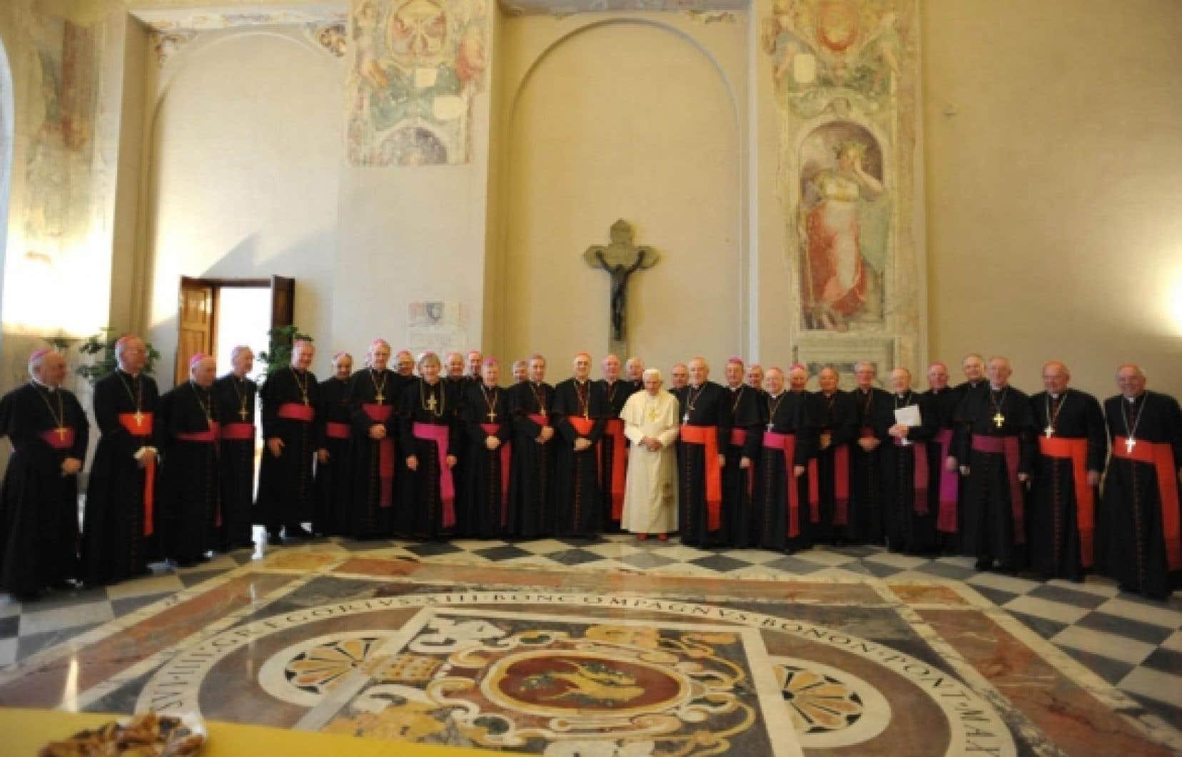 Le pape Benoît XVI entouré des évêques irlandais. Ces derniers lui ont promis, mardi dernier, qu'ils coopéreraient avec les autorités civiles au sujet du vaste scandale de pédophilie.