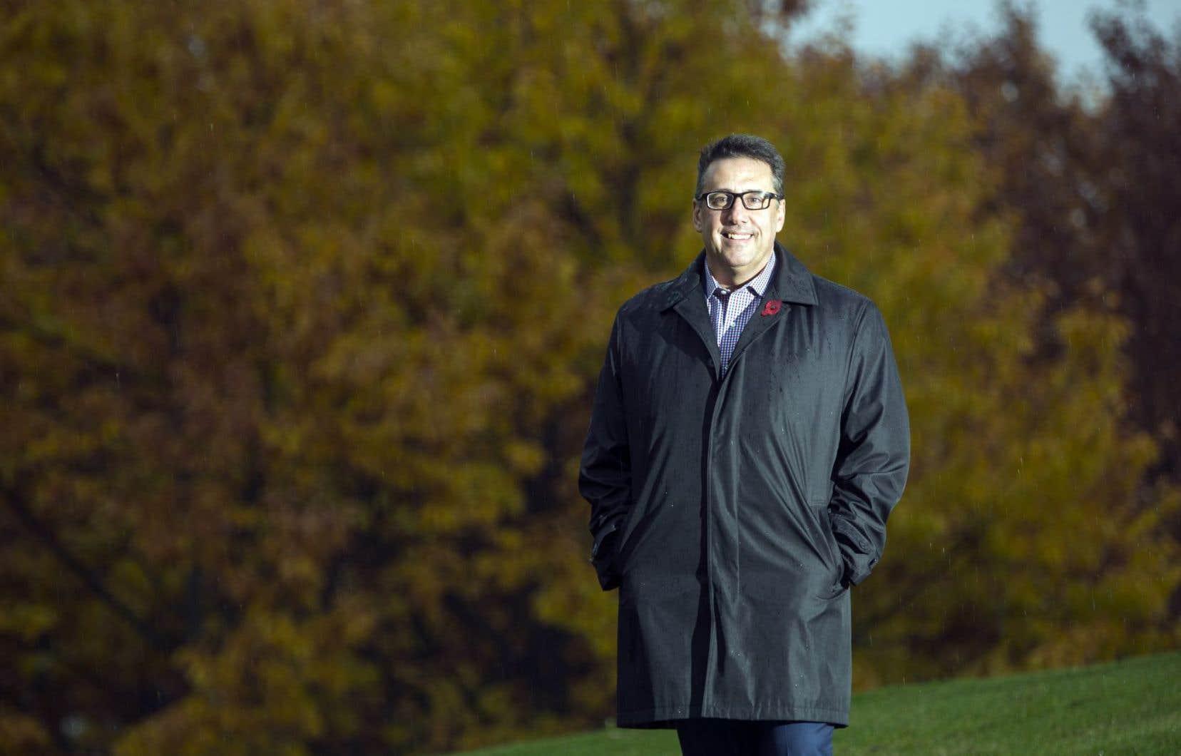 Né à Montréal, puis revenu à l'âge de cinq ans avec ses parents partis de Grèce, Dimitrios Jim Beis vit depuis ce temps-là à Pierrefonds-Roxboro, dont il est devenu maire.