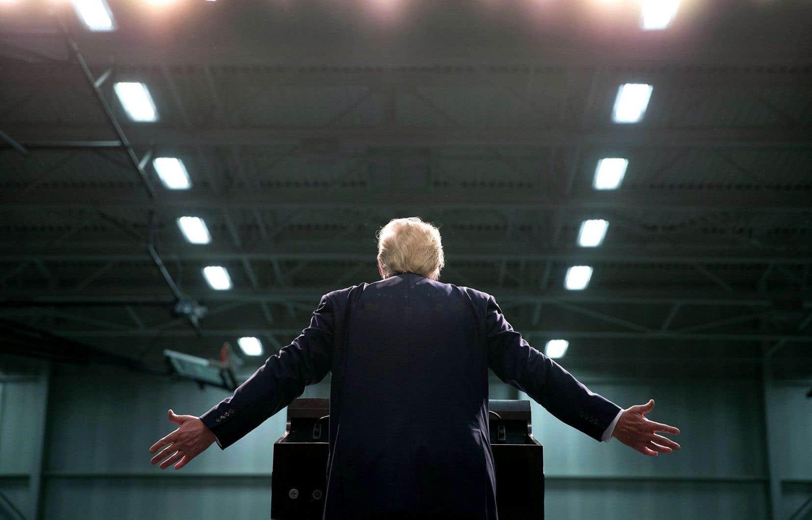 Un groupe important de citoyens a cru au retour du mythe du «self-made man» lorsqu'ils ont vu Donald Trump faire son spectacle et jouer la carte du carnaval social et politique lors de ses réunions publiques.
