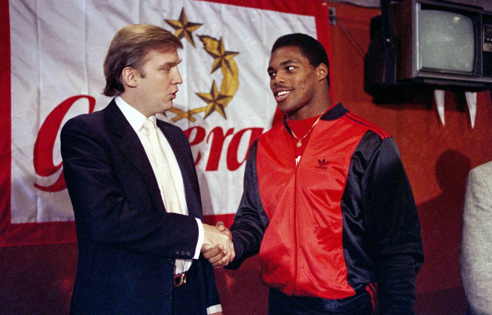 Trump en compagnie du porteur de ballon étoile de la United States Football League, Herschel Walker, en 1984. L'homme d'affaires avait amorcé la démarche pour faire l'acquisition d'une équipe.