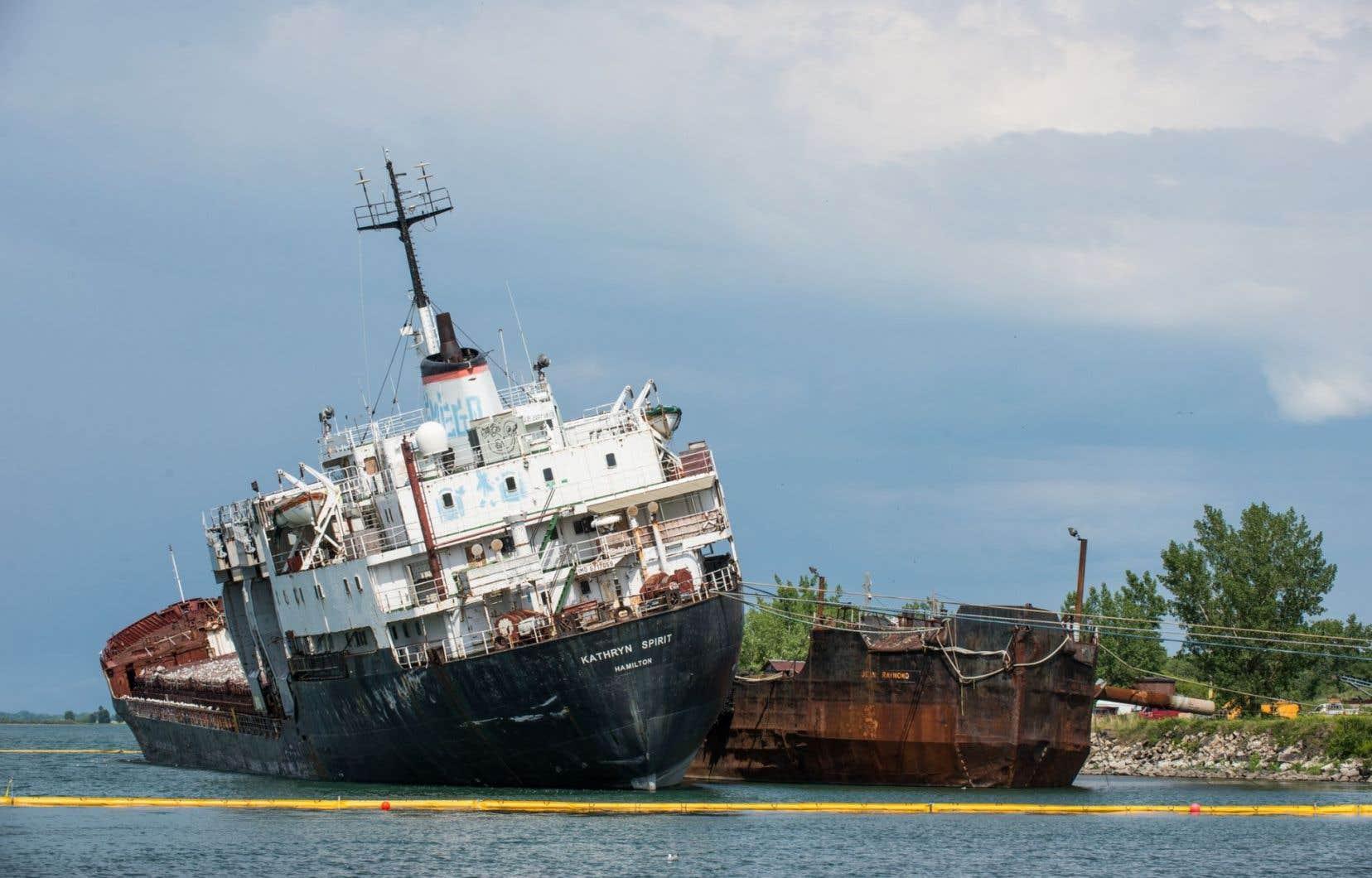 <p>Le navire, abandonné par son propriétaire, est amarré depuis 2011.</p>