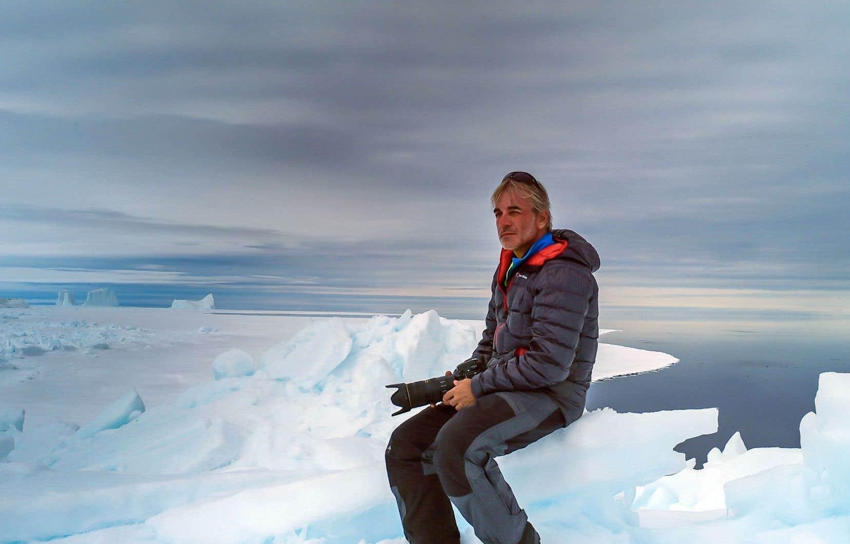 Seul sur la banquise, au large de Pond Inlet, en Arctique, à l'hiver 2014, le cinéaste Jean Lemire contemple un paysage qui disparaît de saison en saison, le régulateur thermique de la planète.