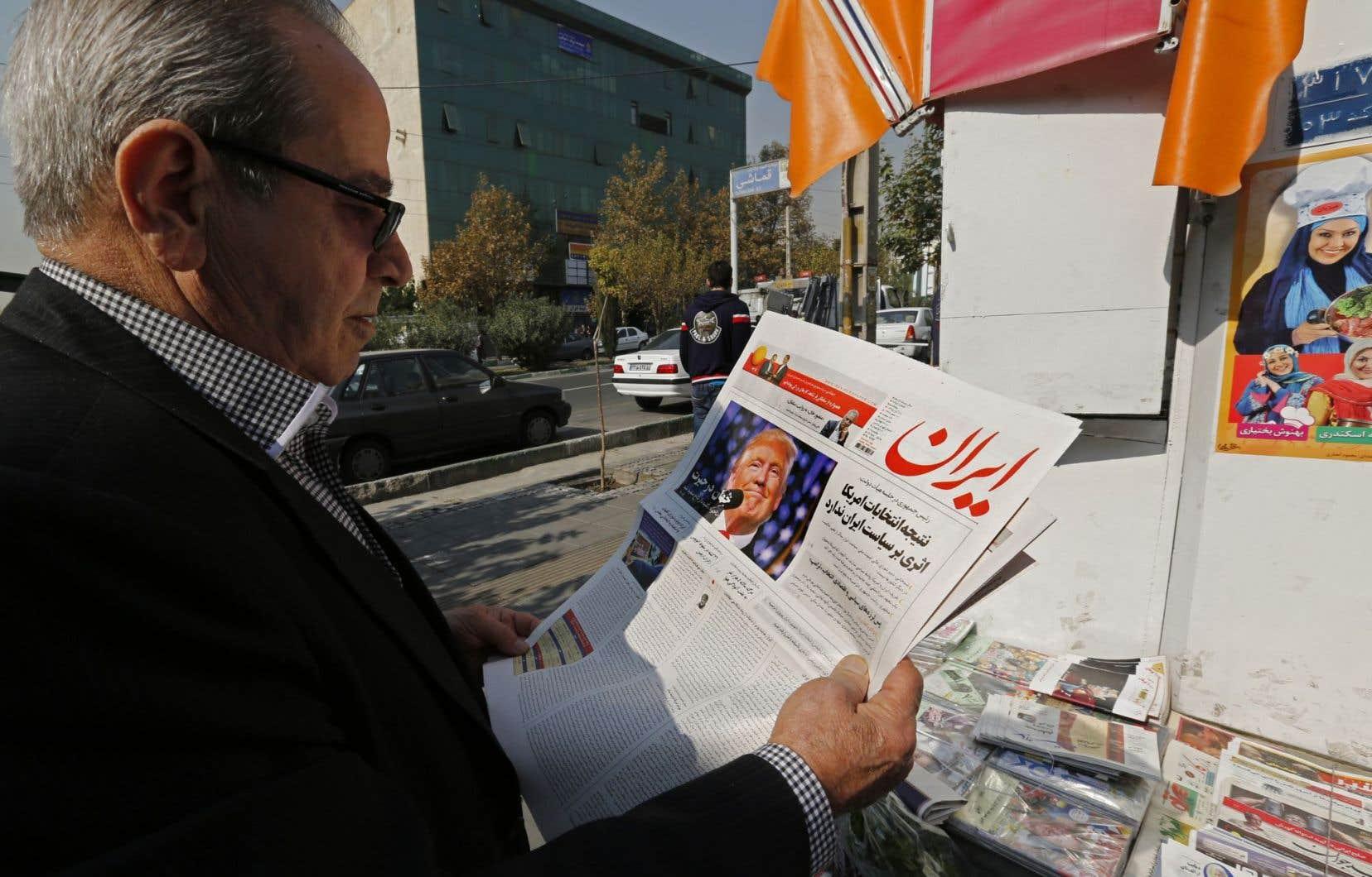 Un Iranien consulte les journeaux le lendemain de l'élection de Donald Trump.