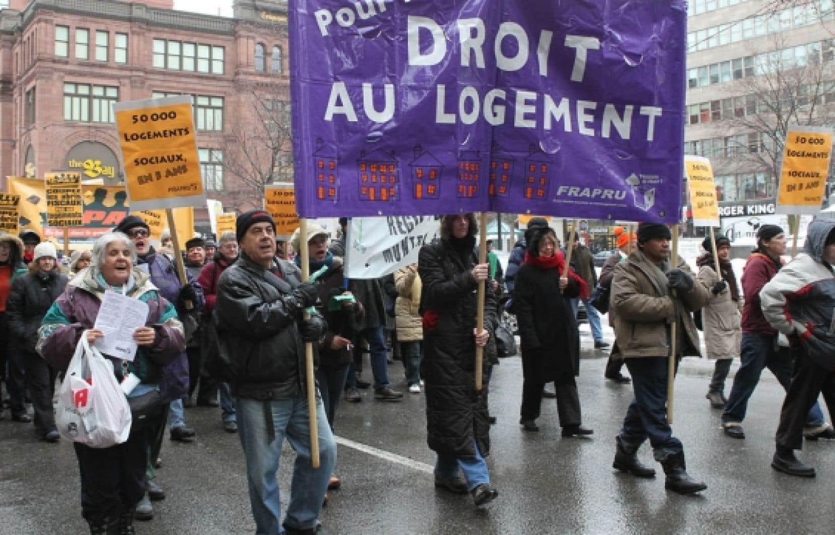 Le FRAPRU a tenu hier des actions simultanées à Sherbrooke, à Québec et à Montréal (notre photo) pour éviter que le gouvernement de Jean Charest néglige le logement social au nom de l'équilibre budgétaire.