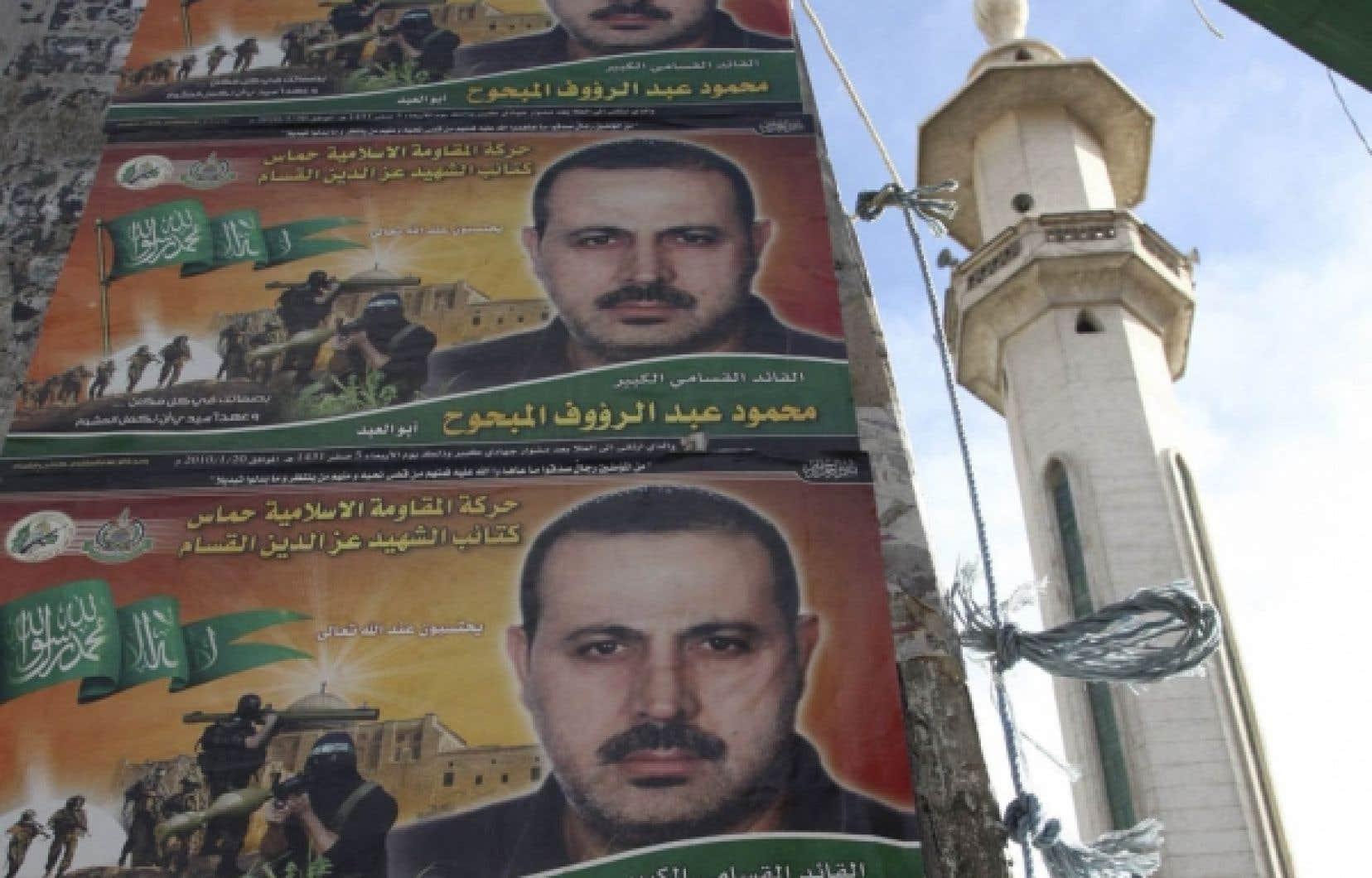 Des affiches de Mahmoud al-Mmabhouh devant une mosquée de Damas.