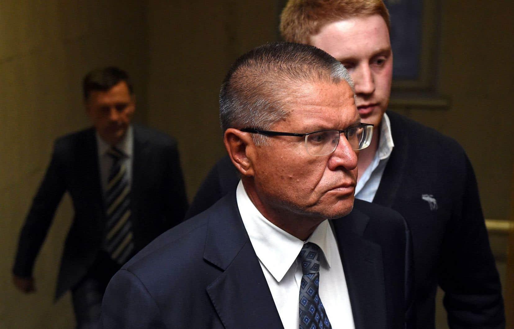 Alexeï Oulioukaïev lors de son escorte au tribunal, mardi