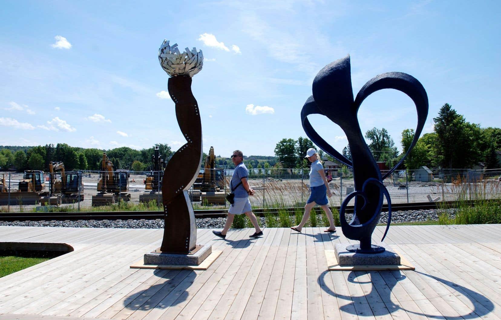 La culture est au cœur du projet de reconstruction du centre-ville de Lac-Mégantic. Ici, 2 des 47 sculptures monumentales réalisées après la tragédie de juillet2013.