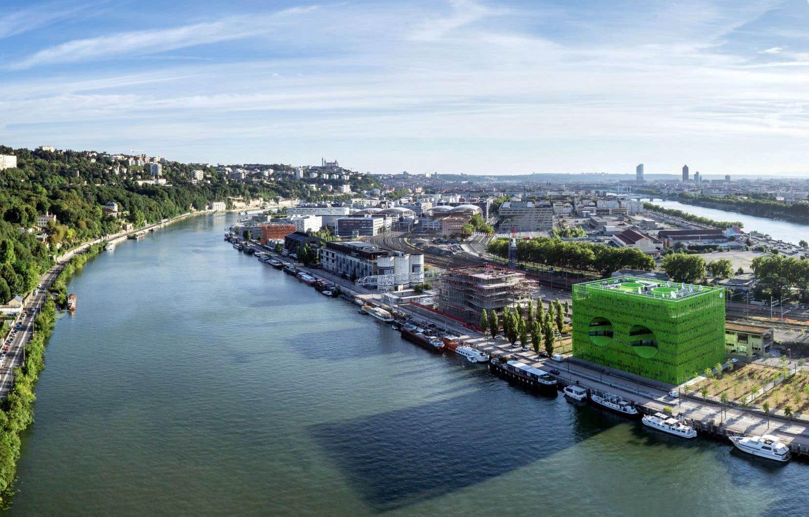 Le quartier Confluence se situe sur la presqu'île de Lyon (France), proche de la confluence du Rhône et de la Saône. Voué depuis toujours aux activités industrielles, portuaires et au marché de gros, ce quartier a radicalement avec l'ouverture d'un musée, la construction d'immeubles d'habitation et le prolongement des lignes de transport en commun.