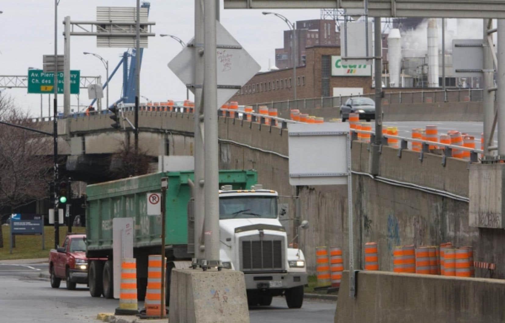 Selon l'adéquiste Sylvie Roy, le ministère des Transports s'adonnerait au fractionnement de contrats. Cette pratique consiste à octroyer plusieurs contrats de moins de 25 000 $ à la même entreprise, évitant ainsi le processus d'appel d'offres.