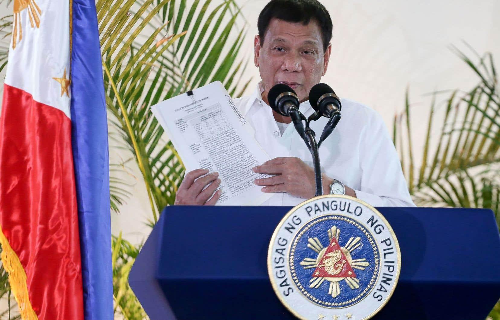 M. Duterte a réagi à des critiques en qualifiant le président américain, Barack Obama, de «fils de pute» et le secrétaire général de l'ONU, Ban Ki-moon, d'«imbécile».