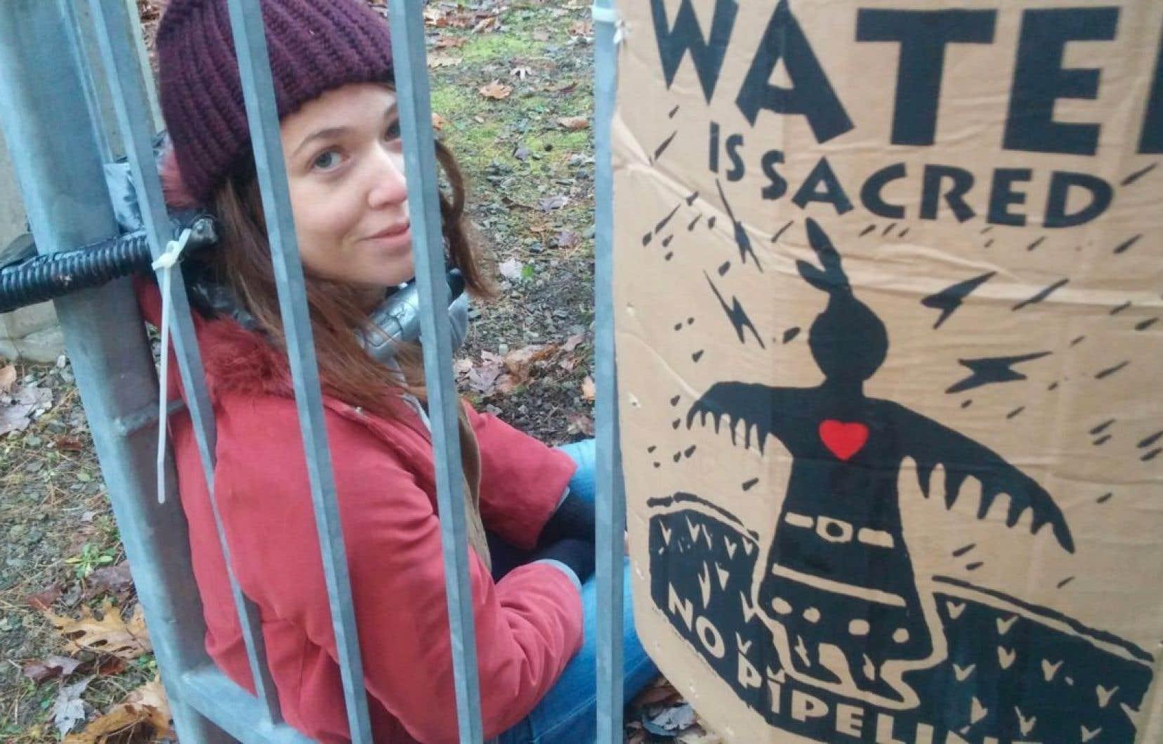 Les militantes exigent la fermeture «immédiate» du pipeline, jugeant qu'il pose des risques pour la protection de l'eau potable dans la région de Montréal.
